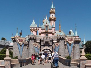 WALK TO DISNEYLAND! LOVELY QUEEN STUDIO, POOL, BBQ, CLOSE TO ATTRACTIONS