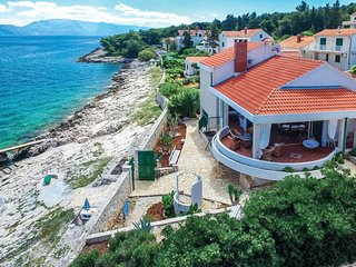 Nice home in Splitska w/ WiFi and 4 Bedrooms
