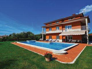 Stunning home in Sezana w/ Jacuzzi, WiFi and 5 Bedrooms