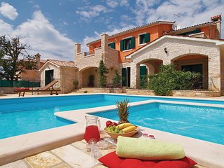 Nice home in Golubovo w/ Jacuzzi, WiFi and 5 Bedrooms