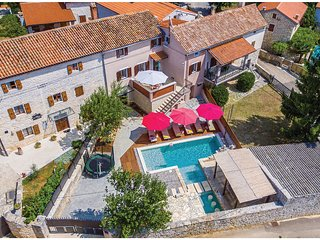 Awesome home in Peresiji w/ Jacuzzi, WiFi and 4 Bedrooms
