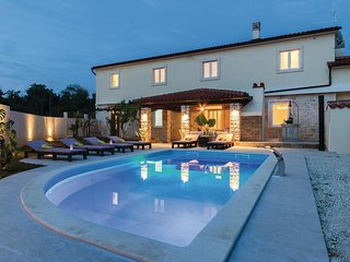 Awesome home in Peruski w/ WiFi and 4 Bedrooms