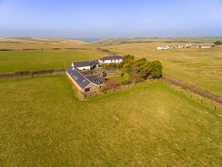 THE OLD STABLE, seaside location, WiFi, near Holywell Bay
