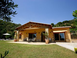 3 bedroom Villa with Pool, WiFi and Walk to Shops - 5604534