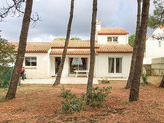 Beautiful home in La Tranche sur Mer w/ 3 Bedrooms