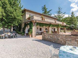 Ampia casa di campagna ricca d'atmosfera, con piscina, ampio giardino e bella vi