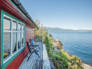 Amazing home in Balestrand w/ 2 Bedrooms