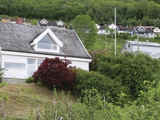 Beautiful home in Leikanger w/ 3 Bedrooms