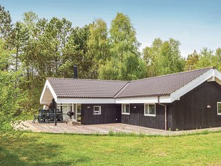 Amazing home in Ålbæk w/ Sauna, WiFi and 5 Bedrooms (A17924)