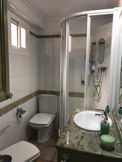 Baño completo con ducha y bidet