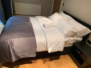 En suit Double Bedroom, Alderley Edge Town Centre, By Train Station