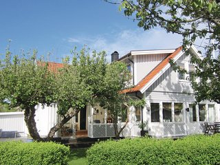 Beautiful home in Vastra Frolunda w/ Sauna, WiFi and 3 Bedrooms