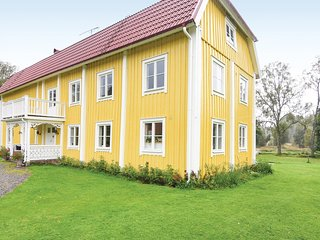 Nice home in Sjötofta w/ Sauna, WiFi and 5 Bedrooms