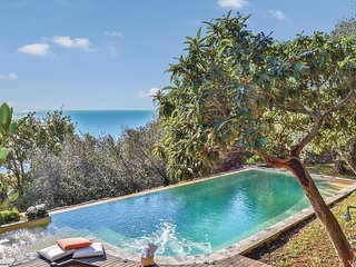 Vakantiedomein met infinity zwembad en zeezicht