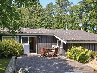 Awesome home in Dronningmolle w/ 3 Bedrooms