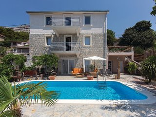 Amazing home in Mravince w/ WiFi and 3 Bedrooms