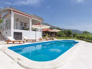 Amazing home in Kastel Gomilica w/ WiFi, 3 Bedrooms and Jacuzzi (CDE140)