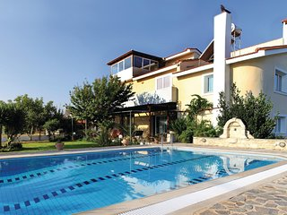 Awesome home in Skalani Heraklio w/ WiFi and 4 Bedrooms (GKR162)