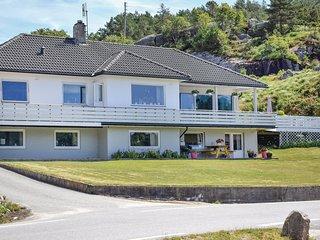 Stunning home in Hellvik w/ 2 Bedrooms
