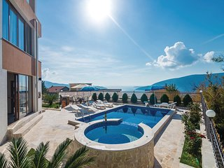 Amazing home in Herceg Novi w/ Jacuzzi, WiFi and 3 Bedrooms (MNH207)