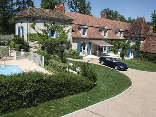 Awesome home in Le Change w/ WiFi and 4 Bedrooms (FAD067)