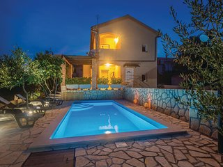 Amazing home in Pinezici w/ WiFi and 4 Bedrooms