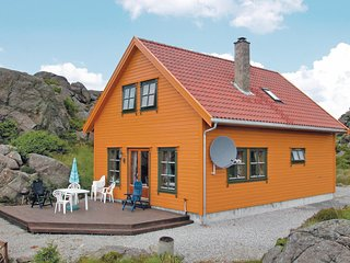 Nice home in Kvalavag w/ Sauna and 4 Bedrooms