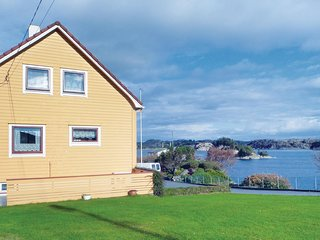 Awesome home in Urangsvåg w/ 5 Bedrooms