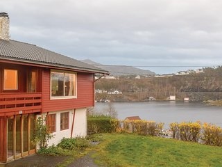 Stunning home in Finnås w/ WiFi and 7 Bedrooms