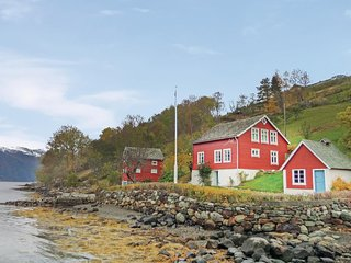 Beautiful home in Kinsarvik w/ 3 Bedrooms