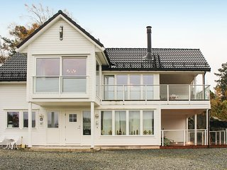 Awesome home in Lepsøy w/ WiFi and 3 Bedrooms