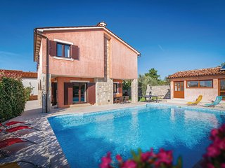 Awesome home in Orihi w/ WiFi, 4 Bedrooms and Outdoor swimming pool