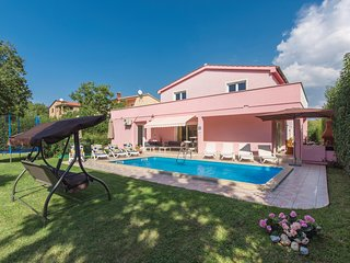 Awesome home in Porec w/ 5 Bedrooms