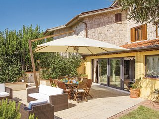 Awesome home in Colle Val d' Elsa SI w/ WiFi and 6 Bedrooms