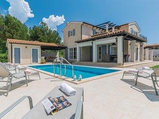 Moderne villa met zwembad in bekend vissersdorp