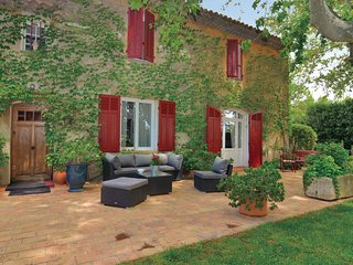 Nice home in Berre-l'Etang w/ WiFi, 3 Bedrooms and Outdoor swimming pool