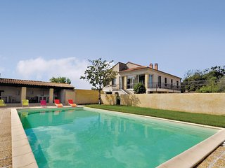 Beautiful home in Noves w/ 3 Bedrooms