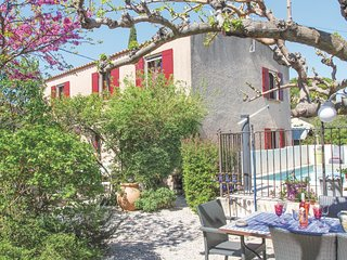 Beautiful home in Eyragues w/ WiFi, 3 Bedrooms and Outdoor swimming pool