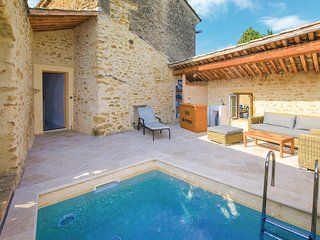 Amazing home in Bouchet w/ WiFi and 4 Bedrooms