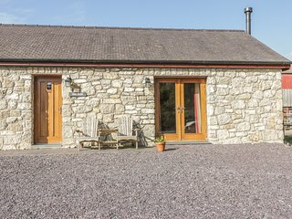 HEN STABL, woodburning stove, WiFi, patio, ground floor double bedroom and