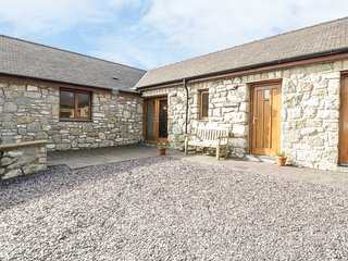 CWT BLAWD, stone-built, king-size bed, pet-friendly, WiFi, close to coast
