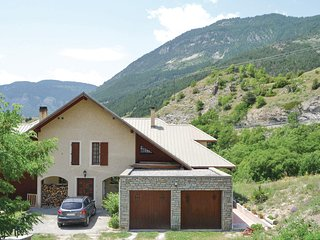 Amazing home in Les Vigneaux w/ 3 Bedrooms