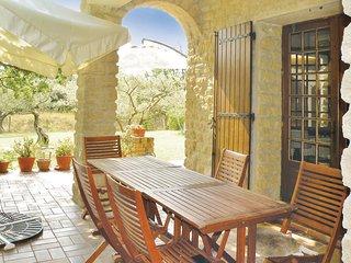 Mooi stenen vakantiehuis met zwembad in het land van de krekels