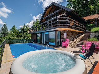 Nice home in Samobor w/ Jacuzzi, WiFi and Outdoor swimming pool