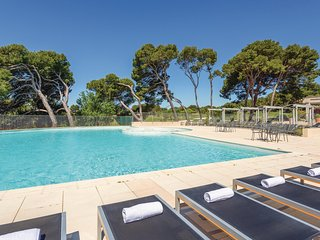 Beautiful home in Saumane De Vaucluse w/ 2 Bedrooms