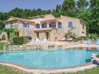 Beautiful home in Pertuis w/ WiFi and 5 Bedrooms