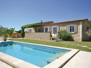 Awesome home in Cadenet w/ WiFi, Outdoor swimming pool and 3 Bedrooms