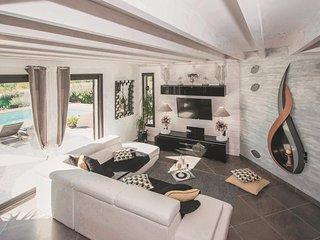 Elegant houten huis met prachtig uitzicht en heerlijk zwembad