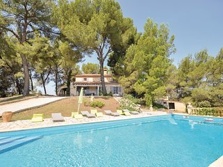 Amazing home in La Tour d'Aigues w/ 5 Bedrooms
