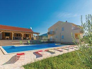 Beautiful home in Benkovac-Kakma w/ Jacuzzi, 6 Bedrooms and Sauna (CDA232)